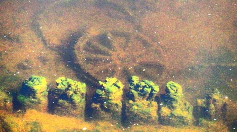 «Страшно подумать, что там еще»: в Обводном канале нашли колесо от телеги