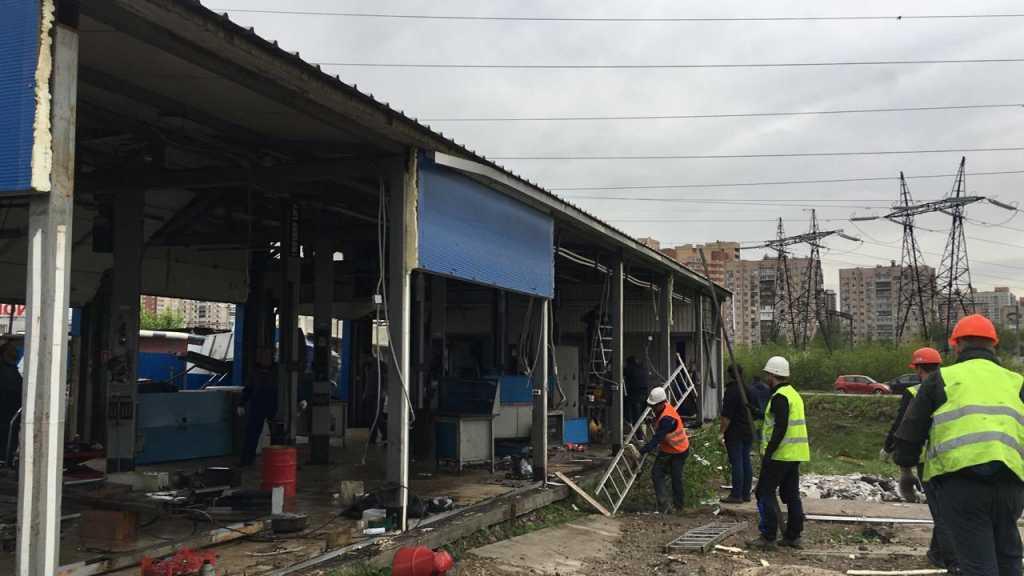 В Купчино сносят незаконный шиномонтаж
