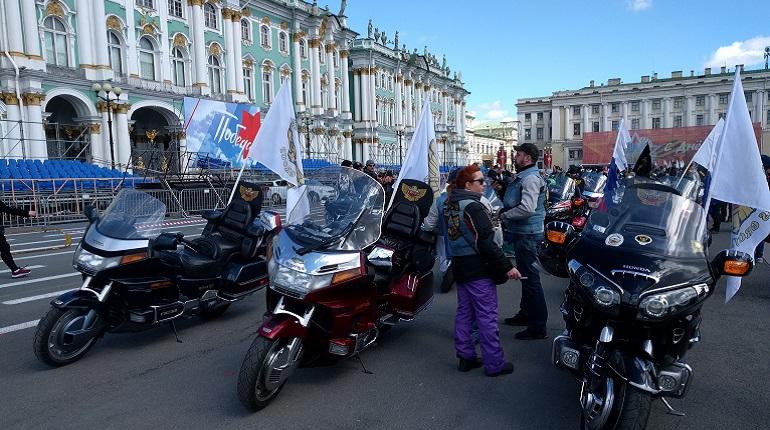 Байкеры на Дворцовой площади. Фото: https://vk.com/motoparad_spb