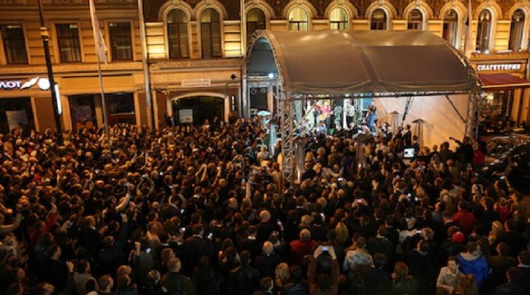 """Активисты Рубинштейна отговаривают юристов пить """"нелегальный"""" алкоголь в """"Сайгоне"""""""