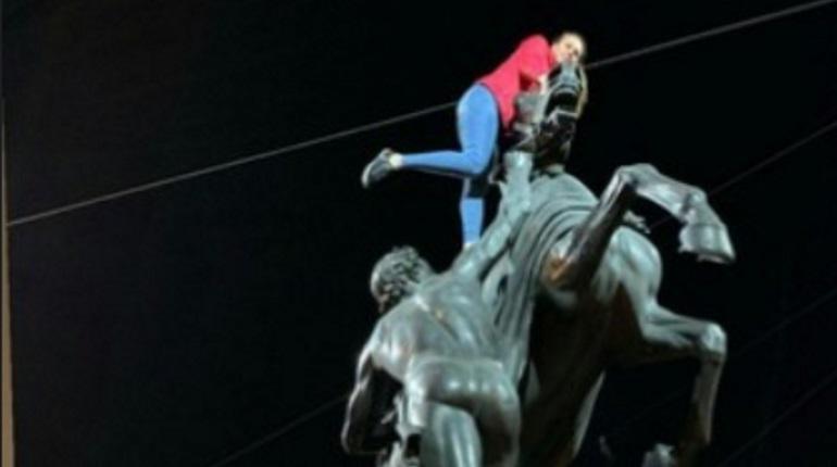 «Наездница» отмыла коня на Аничковом мосту