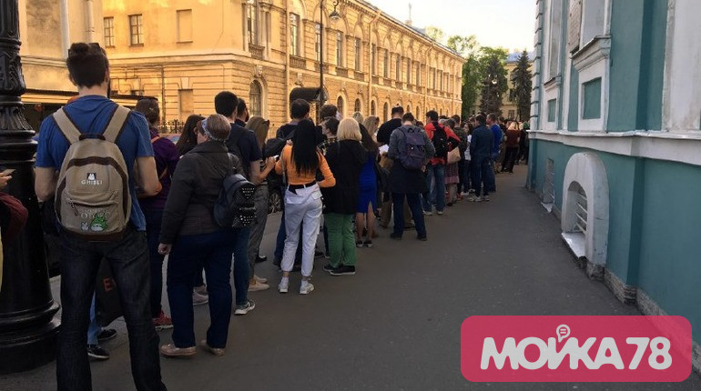 Петербуржцы выстроились в очередь на «Ночь музеев» в Кунсткамере
