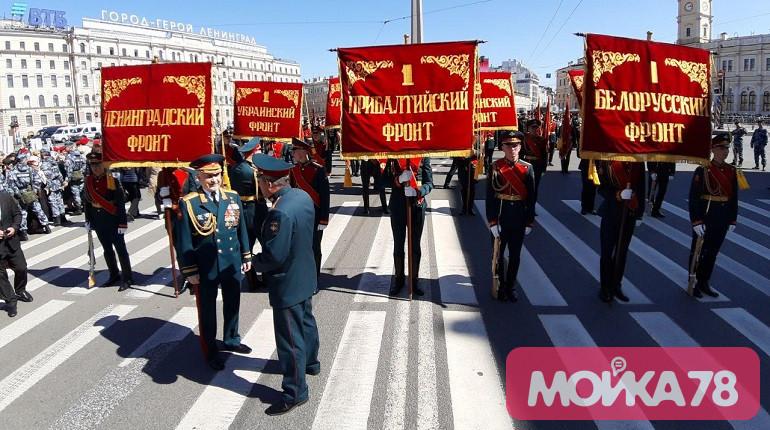 Участники «Бессмертного полка» собираются на Невском проспекте