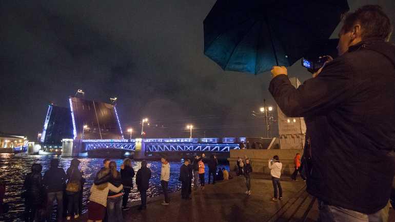 «Поющие мосты» на День города: лазерная проекция и литературный плейлист на Дворцовой