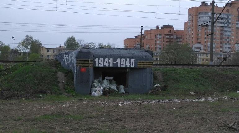 Перед приездом Беглова мусор в Купчино спрятали в блокадный памятник