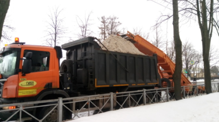 Ленобласть заготовила тонны соли, чтобы посыпать ею в пятницу дороги