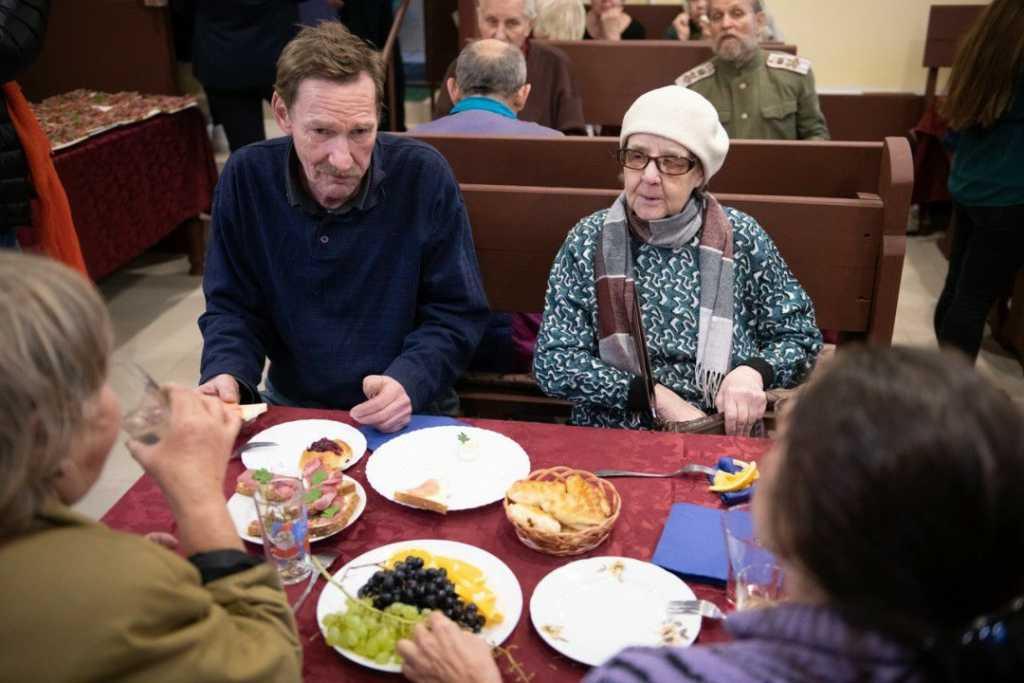 «ДоброДомик» закрылся из-за коронавируса и разносит пожилым еду по домам