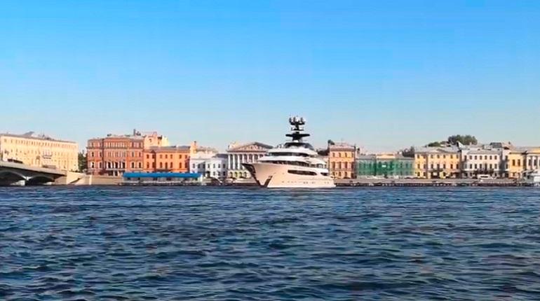 Петербург покинула 95-метровая яхта миллиардера