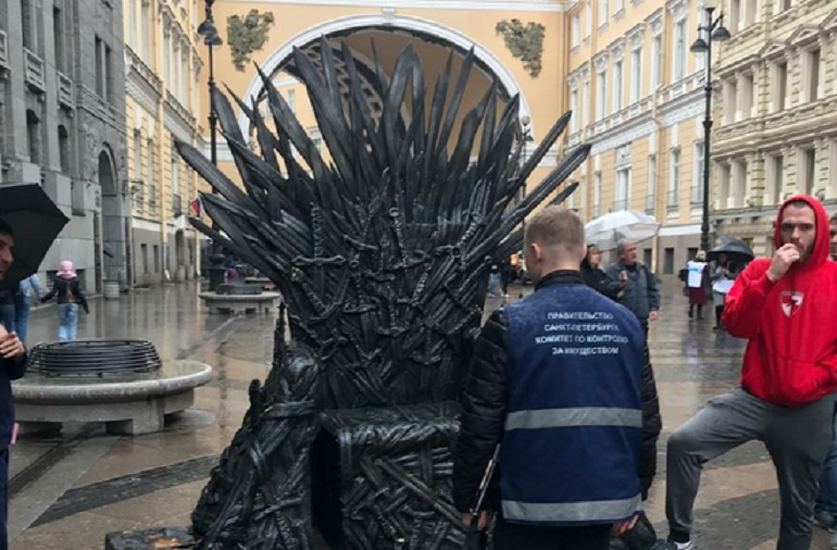 Чиновники ККИ захватили трон из «Игры престолов»