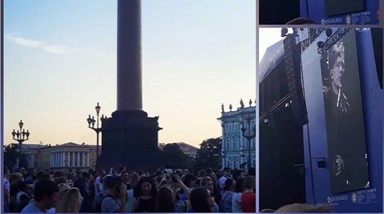 Ради выступления «Би-2» тысячи петербуржцев пришли на Дворцовую площадь