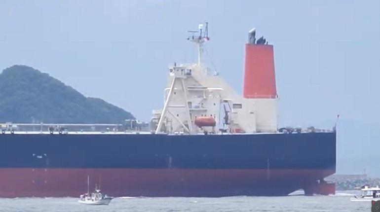 На атакованном в Оманском заливе танкере ищут россиян