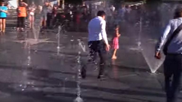 Зеленский «помылся» в фонтане в Мариуполе