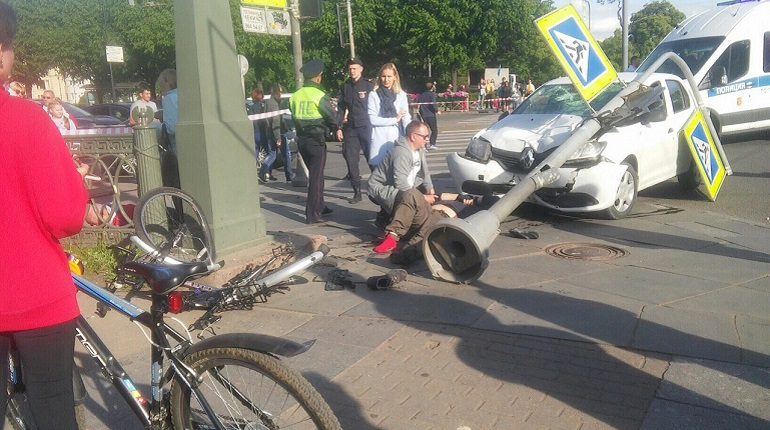 Двое остаются в больницах после наезда на пешеходов на Петроградке