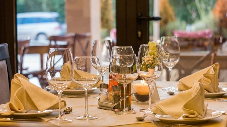 Открывать кафе и рестораны в Петербурге пока не планируют