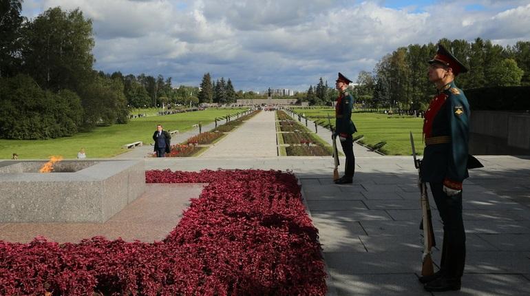 На Пискаревском кладбище вспоминают жертв войны