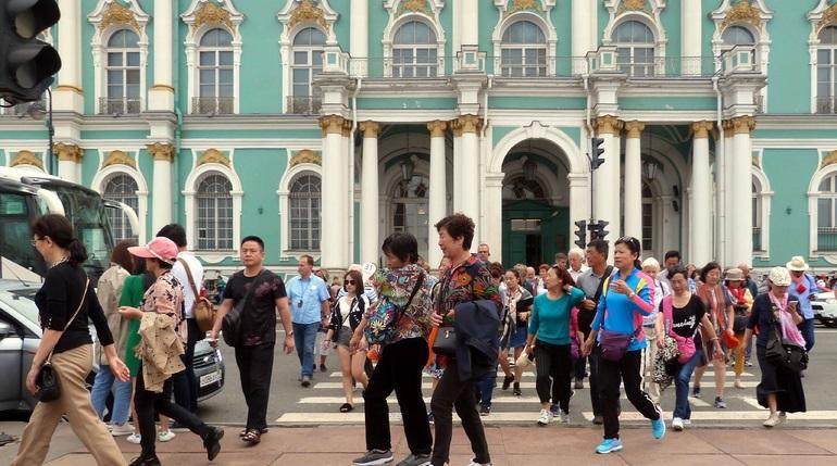 Специалисты контакт-центра в Петербурге проконсультируют туристов на четырех языках