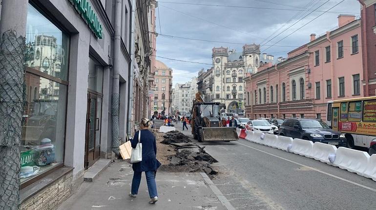 Ремонтники заставили пешеходов на Петроградке прятаться от трактора