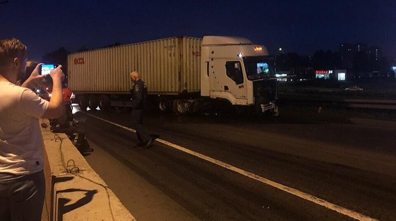 На Лиговском путепроводе грузовик врезался в отбойники