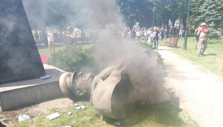 В Харькове возбудили дела из-за сноса националистами бюста Жукова