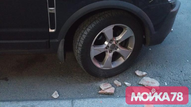 Кусок лепнины рухнул на припаркованную машину на Радищева