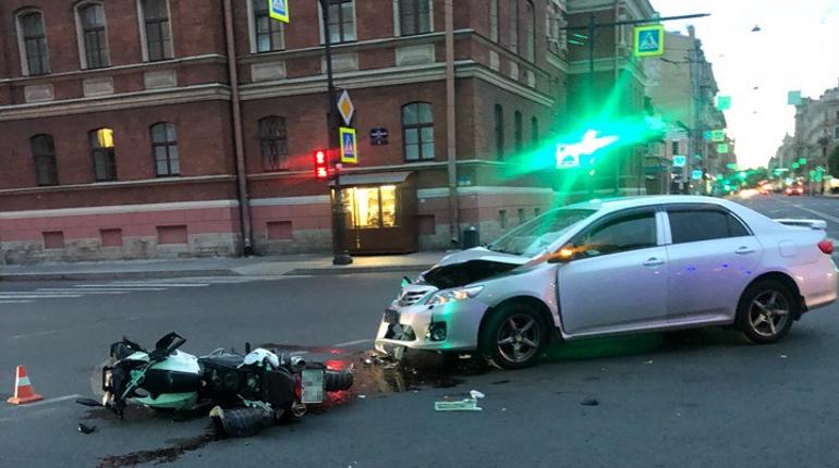 Мотоциклистка попала под машину в центре Петербурга