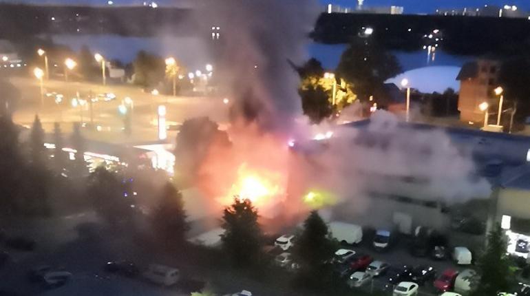 На Выборгском шоссе загорелся автосалон Ford