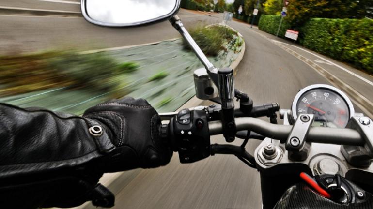 На Волхонском шоссе мотоциклист влетел в иномарку — его увезла скорая