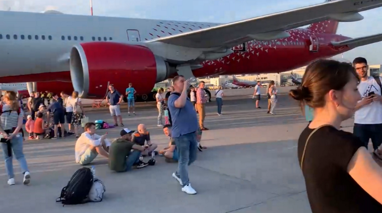 Пассажиров Пулково 1,5 часа продержали в самолете на жаре