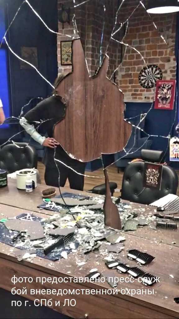 В Петербурге задержали мужчину, разбившего стекла в скорой и зеркала в барбершопе