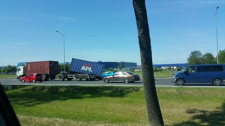 На Пулковском с грузовика рухнул контейнер