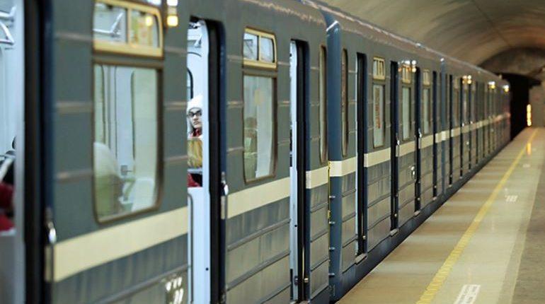 Неисправный состав вызвал задержки на синей ветке петербургской подземки в час пик