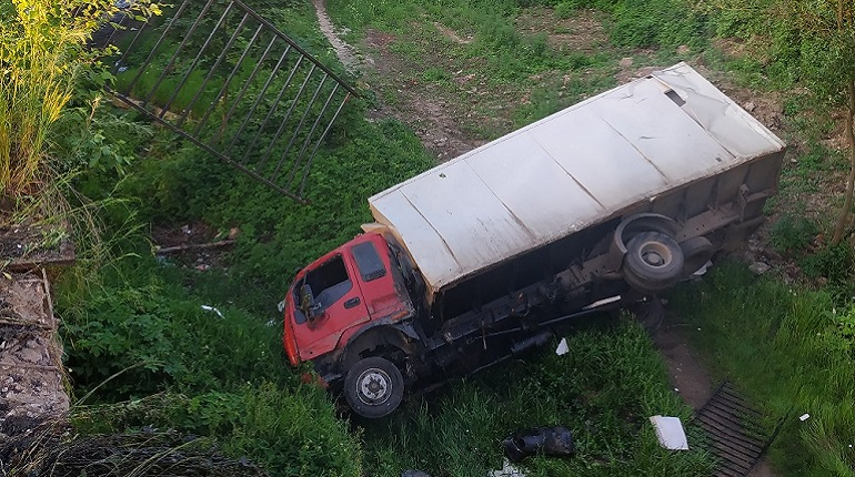 В Рыбацком с моста рухнул грузовик