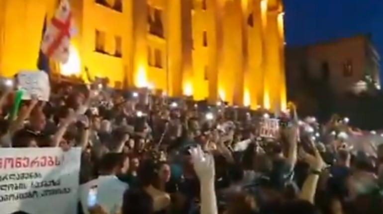 Участники протестов в Грузии начали строить баррикады