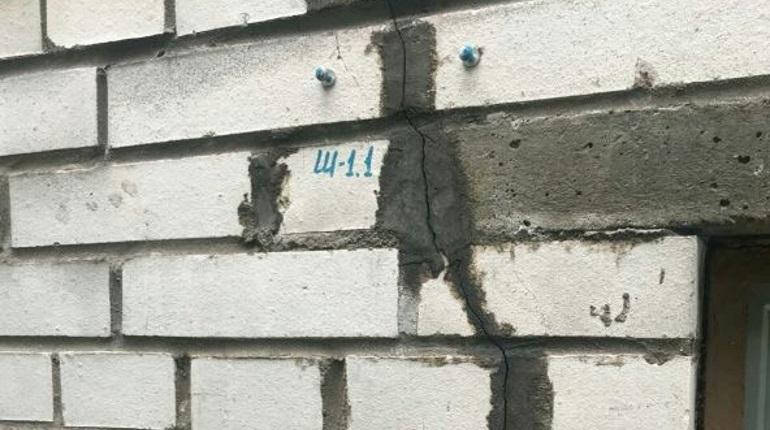 Рядом со строящимся ЖК «Легенда» затрещал по швам девятиэтажный дом