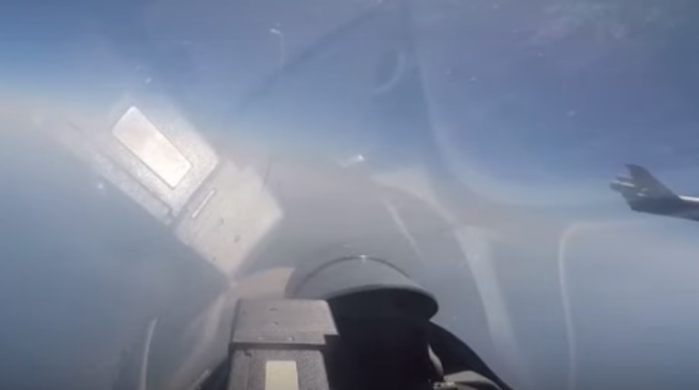 Опубликовано видео перехвата Су-27 бомбардировщика США