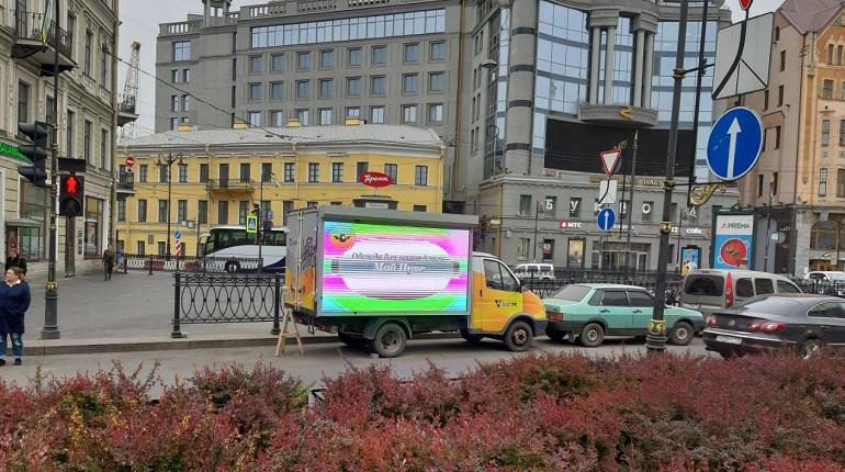 Сомнительные рекламомобили заполонили улицы Петербурга