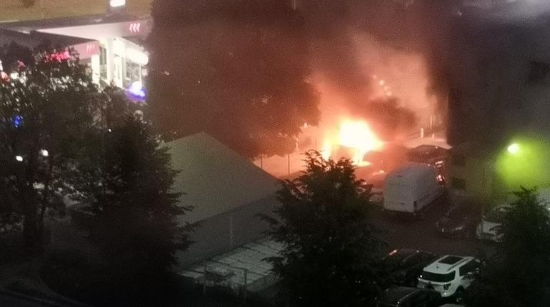 Пожар в автосалоне на севере Петербурга уничтожил две иномарки