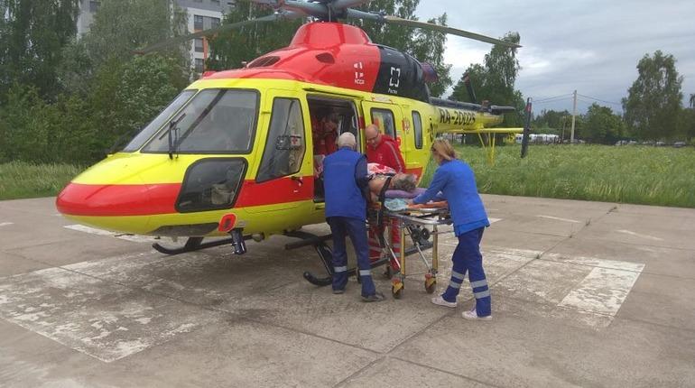 Вертолет доставил больного мужчину из Гатчины в Петербург. Фото: vk.com/san.aviacia