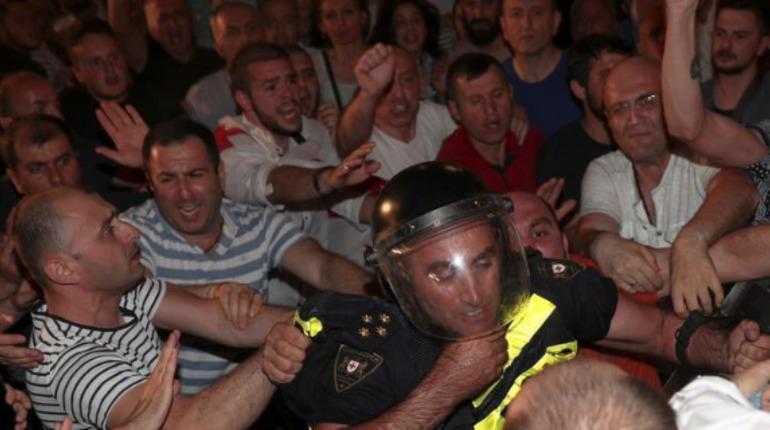 Оппозиция в Тбилиси повесила замок на ворота парламента