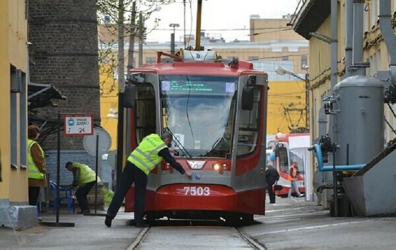 Трамвай №3 неделю будет объезжать Троицкий мост