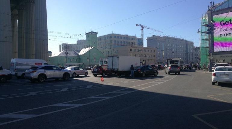Грузовик и легковушка не поделили Московские ворота