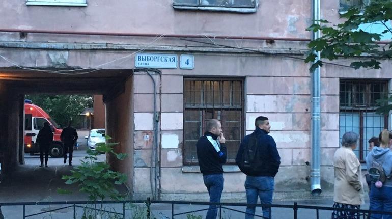 Жильцов эвакуировали из-за трещины в доме на севере Петербурга