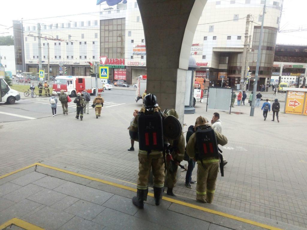 Пожарные стянулись к «Старой деревне» по ложному вызову