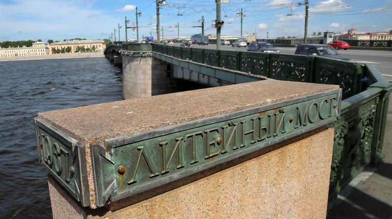 Движение по Литейному мосту ограничат из-за замены асфальта