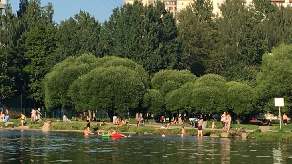 Петербуржцы спасаются от жары, купаясь в городских фонтанах и водоемах