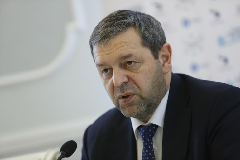 Миллионы рублей на высчитывание минимальной зарплаты: Смольный в коронакризис занял ученых