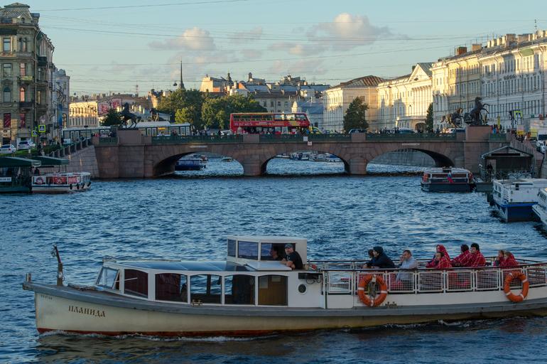 Прогулочный катер спас рухнувшую в Фонтанку петербурженку