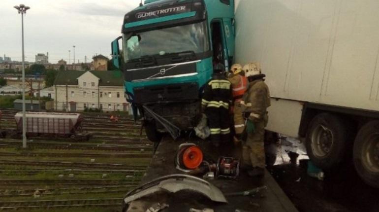 В ДТП с зависшим в воздухе грузовиком погиб человек