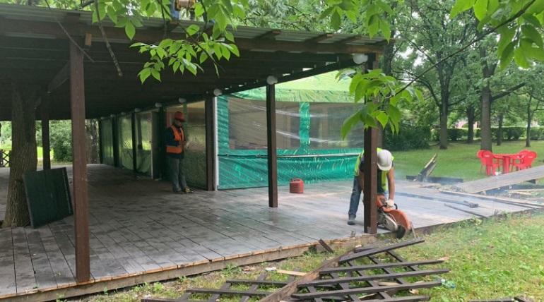 Демонтаж кафе в Южно-Приморском парке. Фото: Комитет по контролю за имуществом