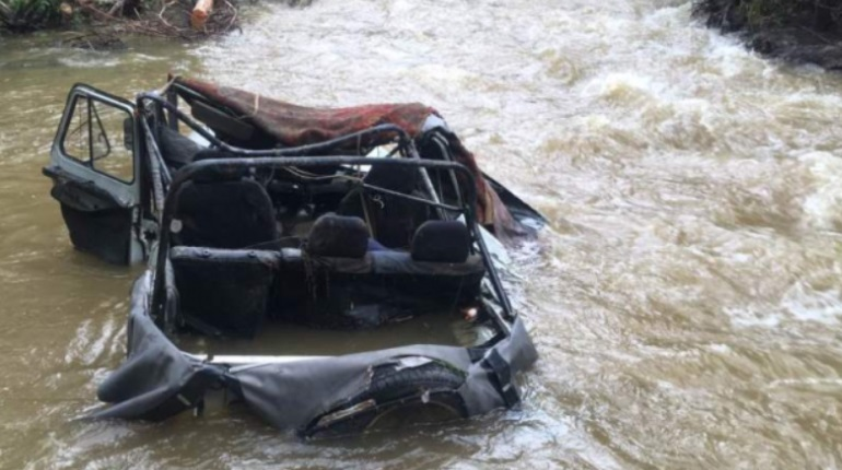 УАЗ в реке Шуй. Фото: МВД по Республике Тыва.